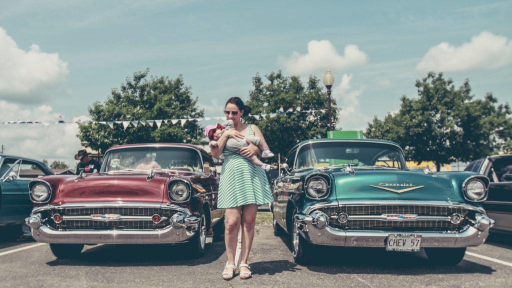 une femme entre deux voitures