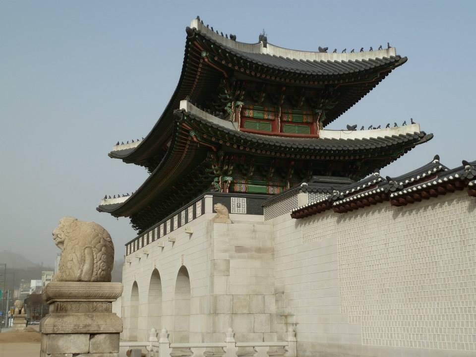 La porte principale Gwanghwamun du palais séoulien Gyeongbokgung, construit au XIV siècle par la dynastie des Joseon.
